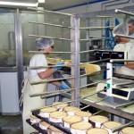 Færdiglagrede oste. Barken, hvor skimmel er begyndt at dannes, skæres til og osten kommes i spånæsker - klar til salg.